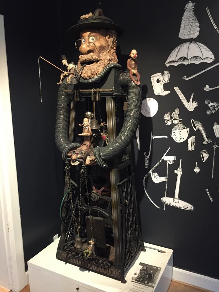 Storm P-museet rummer mange andre spændende ting. Storm P var tegner og opfinder. Han opfandt bl.a. en masse umulige maskiner, som også har inspireret Martin Exner til at grundlægge Coding Pirates.