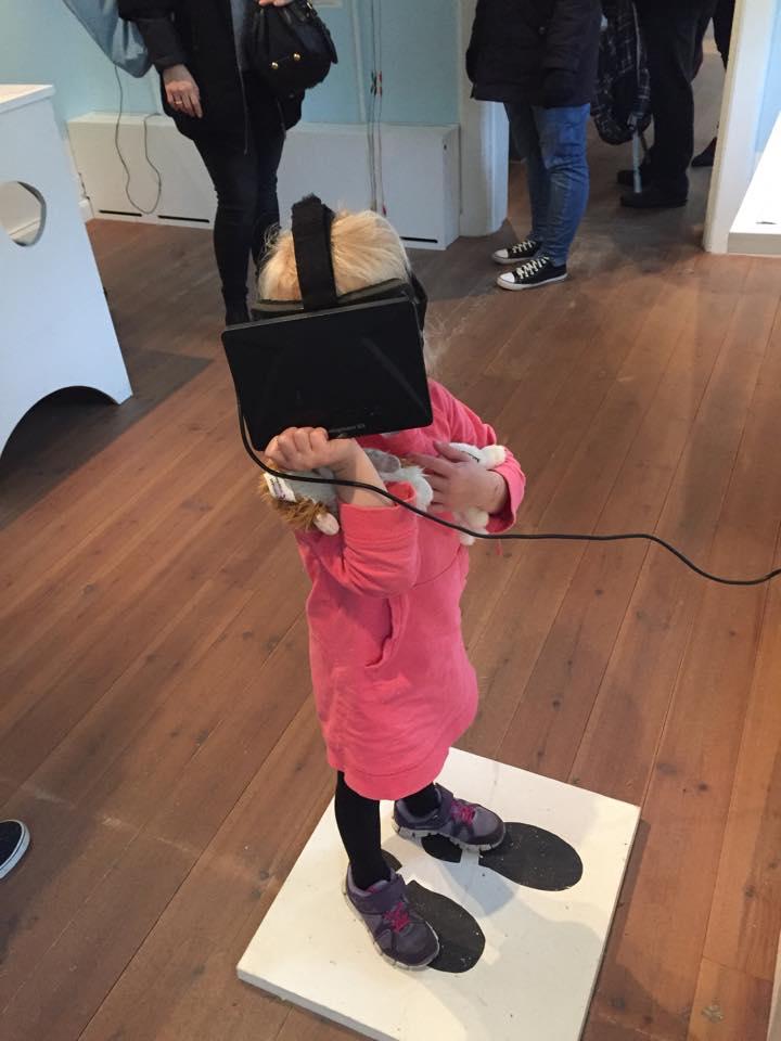 Har man Oculous Rift-brillerne på, er det som at stå midt i spillet. Luna på fire år mistede fuldstændig balancen og faldt ned fra skamlen. Heldigvis greb far hende.