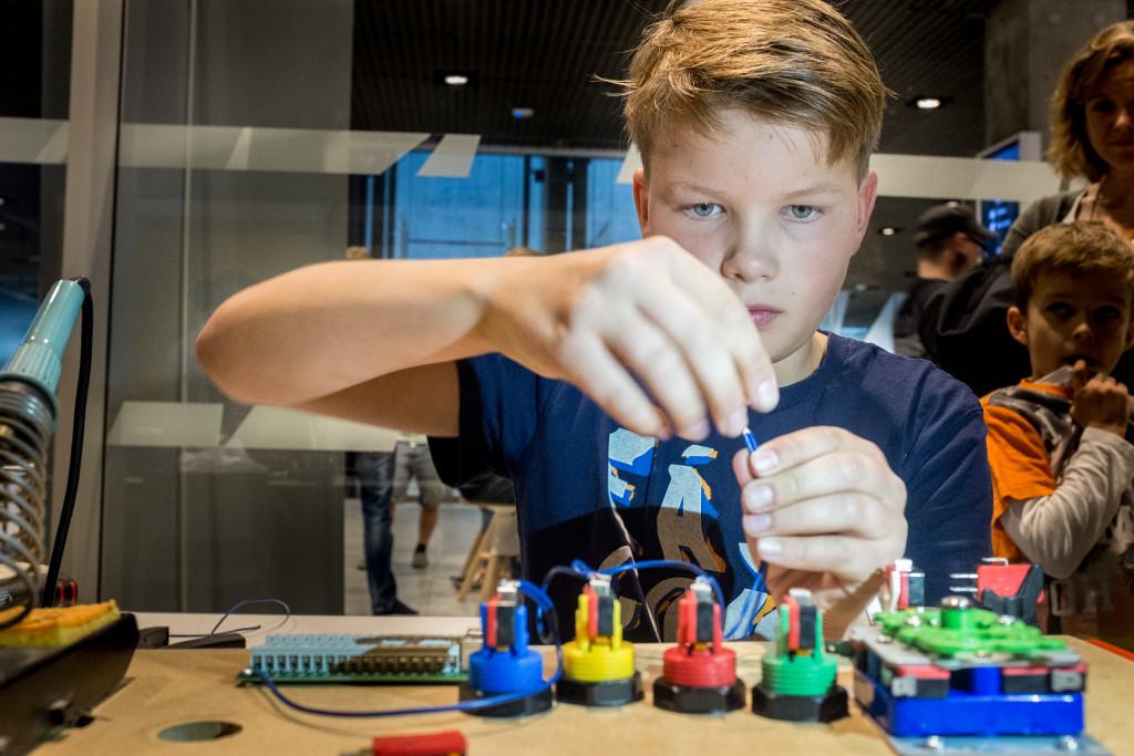Rasmus er i gang med at bygge sin arkademaskine.