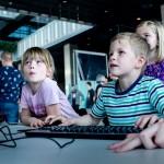 Nye spil blev afprøvet af både små og store til Internet Week Denmark. Foto: Benjamin Pomerleau