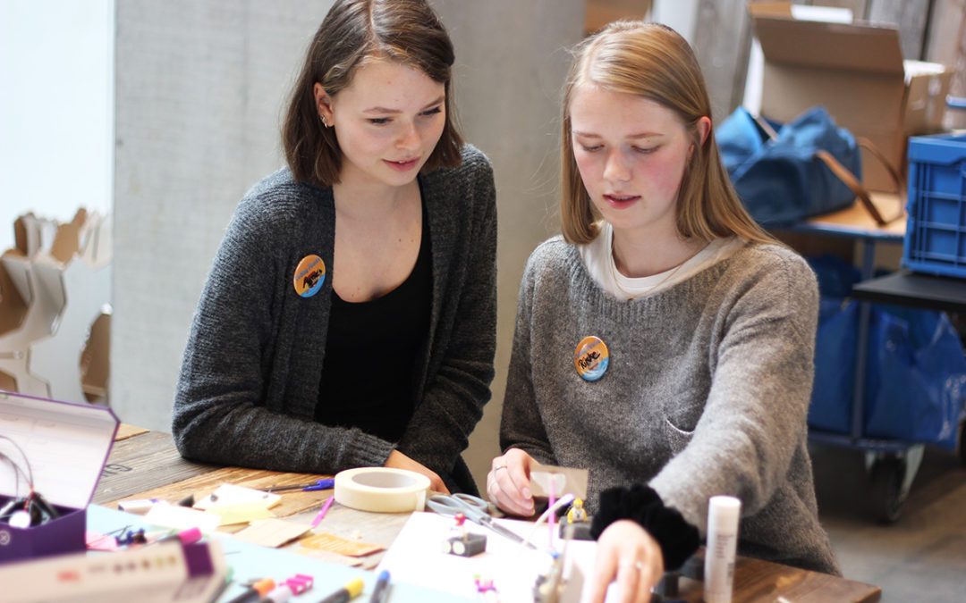 Koncentration, interesse og jubel under #makewhatsnext – Girlz in Tech